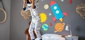 Jak změnit vzhled dětského pokoje snadno a rychle: chytrý nábytek, samolepky a dekorace