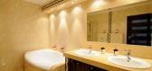 Osvětlení koupelny má svá pravidla – od centrálního svítidla až po zrcadlo