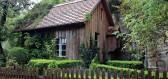 Jak se na jaře postarat o dřevěný zahradní domek a zahradu kolem něj?