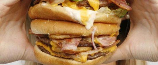 Podívejte se na největší burger vážící 1,5 kg
