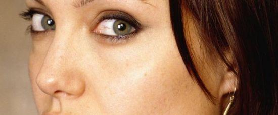 Angelina Jolie v 16. Ještě bez tetování