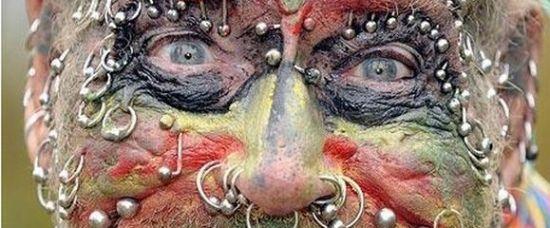 Šílený důchodce: má na těle 241 piercingů