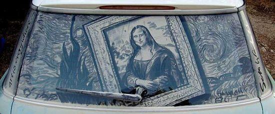 Fantastické malby na zaprášená auta