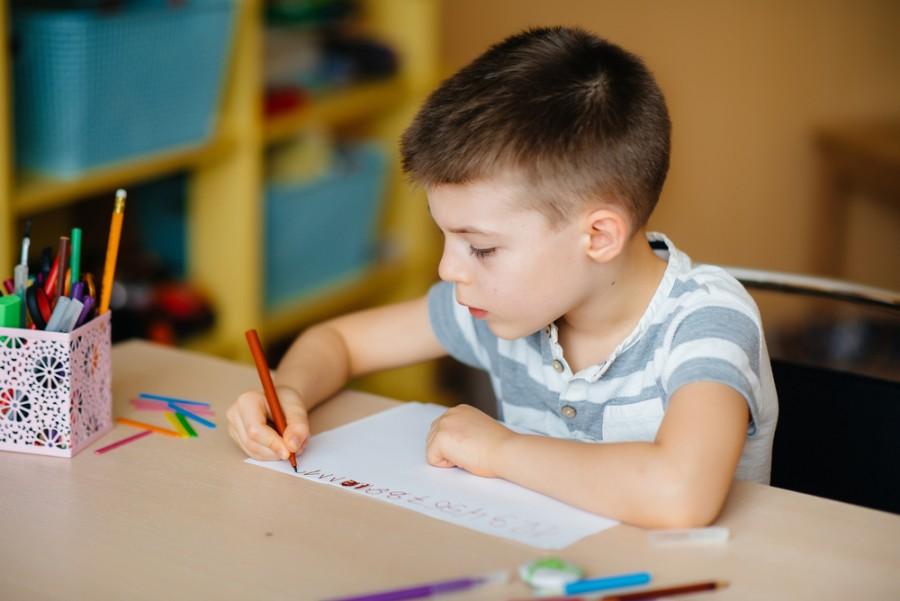 Školák píšící domácí úkoly
