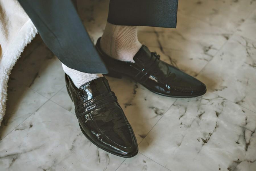 Bílé ponožky a černé boty