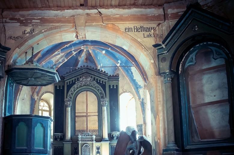 Interiér kostela v Lukové
