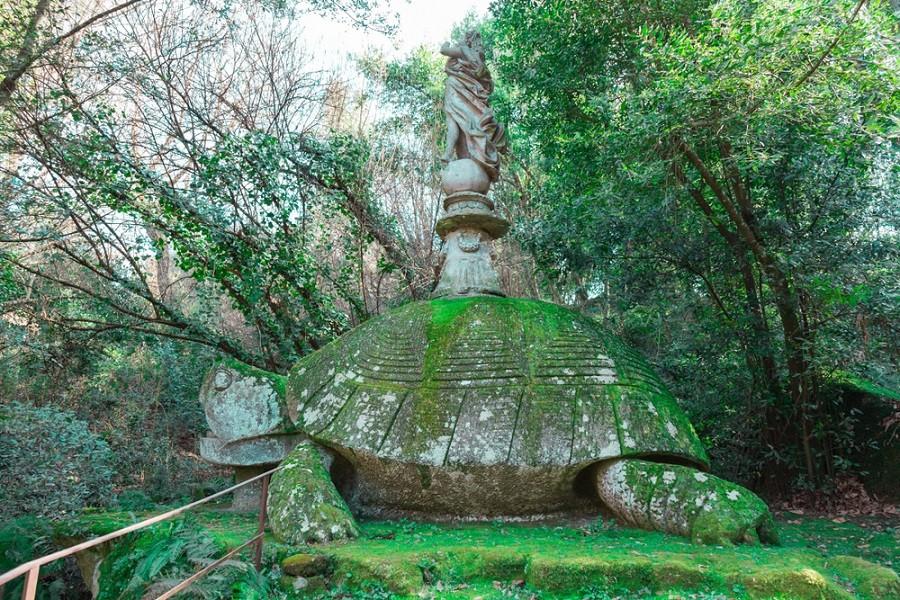 Obří želva v parku Bomarzo