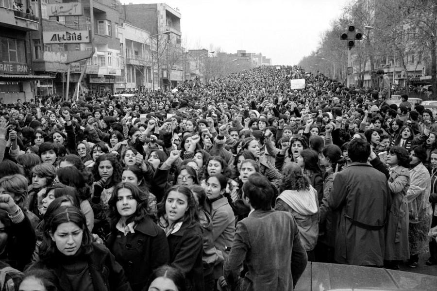 Davy žen v ulicích Teheránu