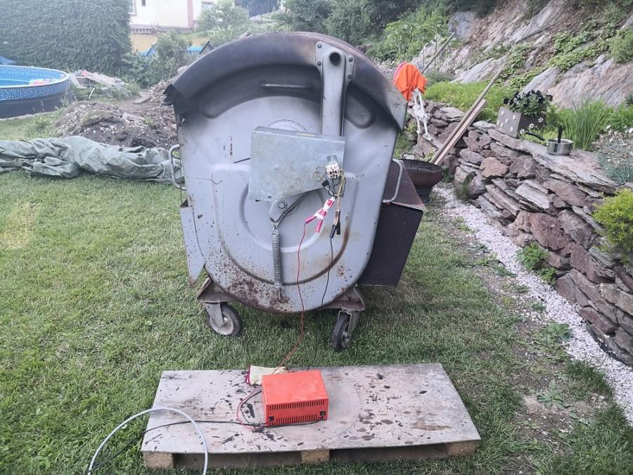 Motorek pro pohánění grilu